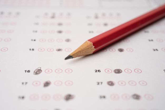 Antwoordbladen met potloodtekening om keuze te selecteren, onderwijsconcept select