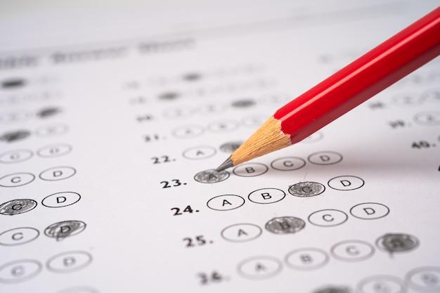 Antwoordbladen met potloodtekening vullen om keuze, onderwijsconcept te selecteren