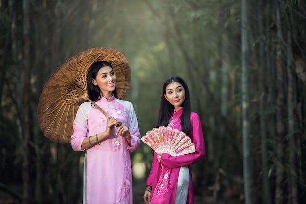 Ao dai is beroemd traditioneel kostuum voor vrouwen in vietnam
