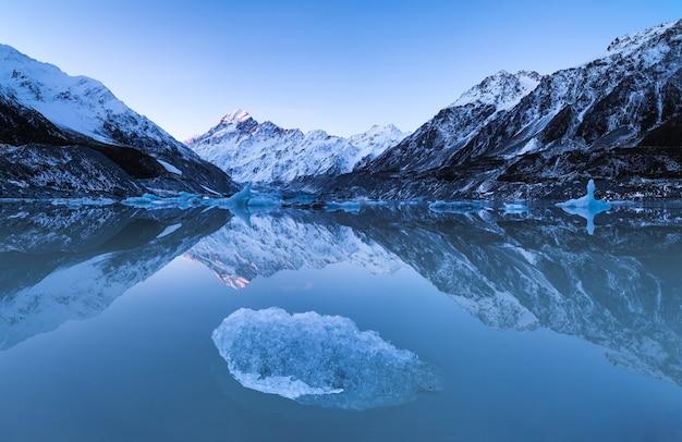 Aoraki mount cook weerspiegeld in hooker ake met ijsberg aoraki mount cook national park
