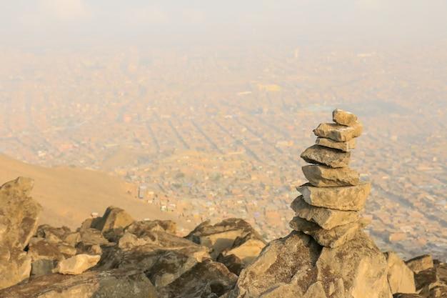 Apacheta-heuvel van stenen offer gemaakt door de volkeren van de andes aan de pachamama
