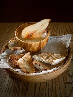 Aperitief gelei paté met pita en gedecoreerd met peer