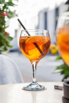 Aperol spritz cocktail, alcoholische drank op basis van tafel met ijsblokjes