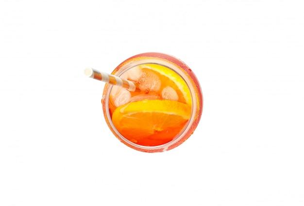 Aperol spritz cocktail geïsoleerd op een witte achtergrond