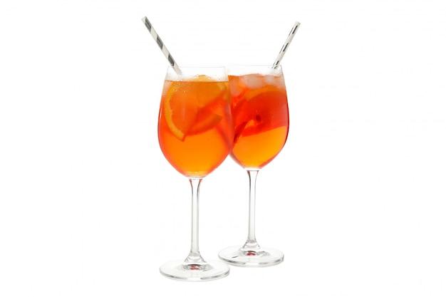 Aperol spritz cocktail geïsoleerd op wit.