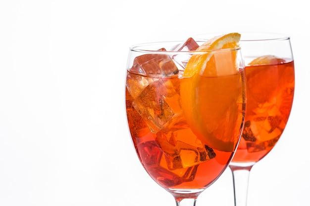 Aperol spritz cocktail in glas dat op wit wordt geïsoleerd