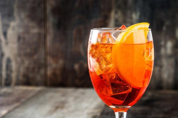 Aperol spritz cocktail in glas op houten tafel