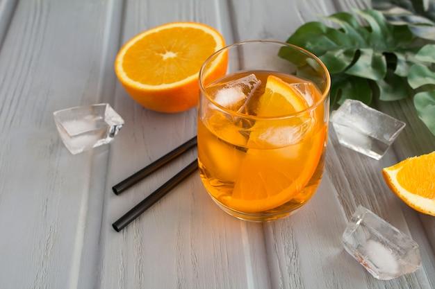 Aperol spritz cocktail in glas op tafel