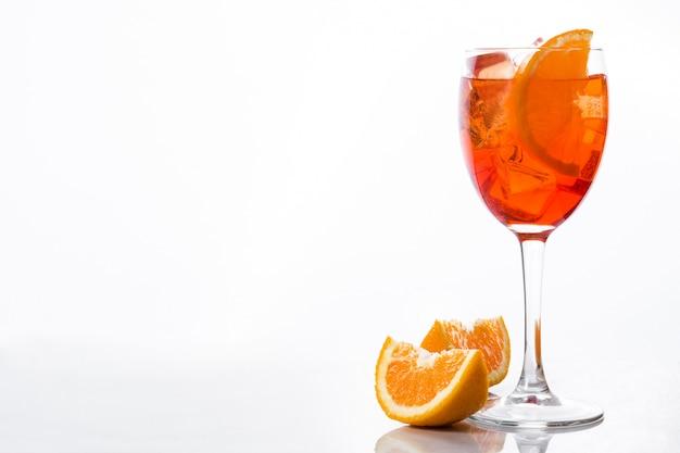 Aperol spritz cocktail in glas op witte muur