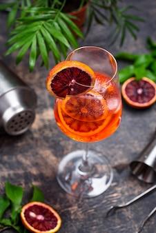 Aperol spritz cocktail met bloedsinaasappel