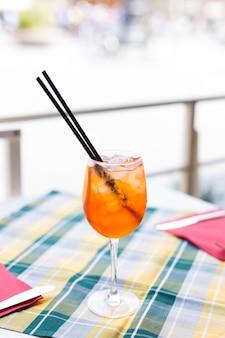 Aperol spritz cocktail op café tafel. zomertijd. verfrissing.