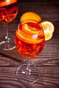 Aperol spritz italiaanse cocktail alcoholische drank met ijsblokjes en sinaasappels.