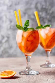 Aperol spritz, italiaanse cocktail met sinaasappel