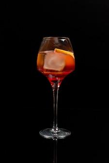 Aperol spritz wijn cocktail prosecco op zwarte achtergrond.