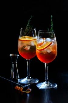 Aperol stpritz met barmangereedschap in de bar. klassieke italiaanse alcoholische aperitiefdrank, bereid met prosecco wat bittere likeur en sodawater.