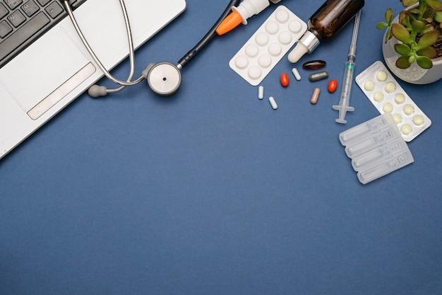 Apotheek en drogisterij online concept. geneeskundepillen op blauwe achtergrond, ruimte voor tekst