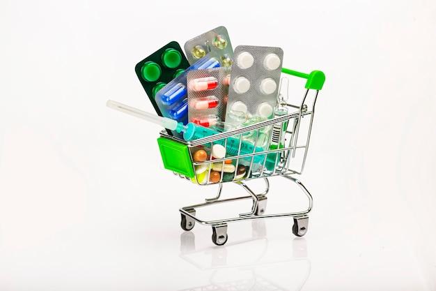 Apotheek supermarktwagen gevuld met farmaceutische tabletten en capsules