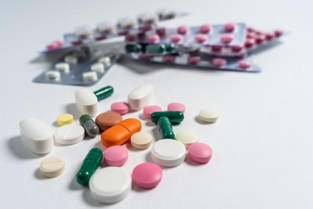 Apotheek thema. veelkleurige geïsoleerde pillen en capsules op het witte oppervlak.