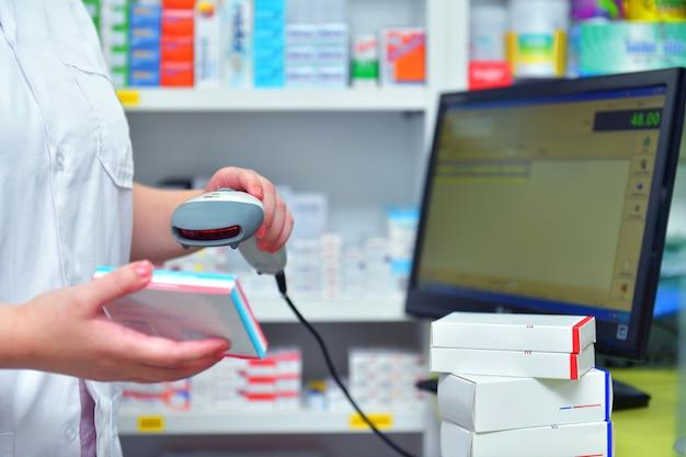 Apotheker barcode van medicijndrug scannen in een apotheekdrogisterij