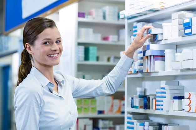 Apotheker die een geneesmiddel in apotheek controleert