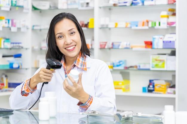 Apotheker die in apotheek werkt
