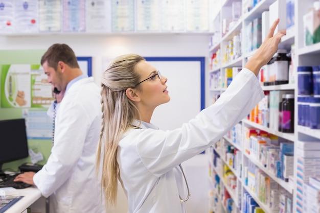 Apotheker die omhoog geneesmiddelen bekijkt