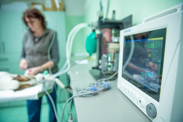 Apparaat dat hartslag meet tijdens chirurgie in dierenkliniek
