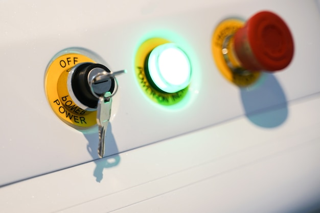Apparaatbedieningspaneel om te stoppen met werken en de rode noodknop