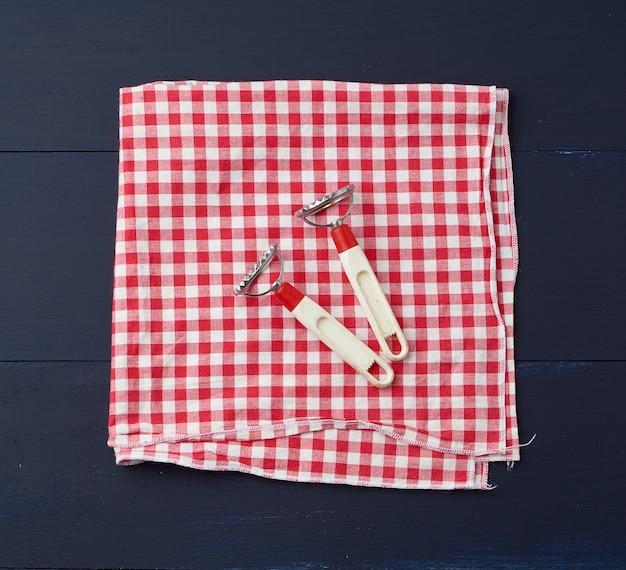Apparaten voor het maken van ravioli op rood en wit textielkeukenservet
