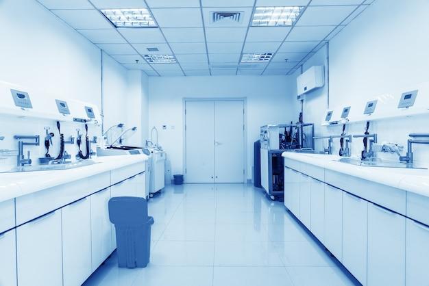 Apparatuur en medische hulpmiddelen in moderne operatiekamer