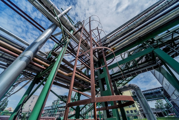Apparatuur en pijpleiding in olieraffinaderij.