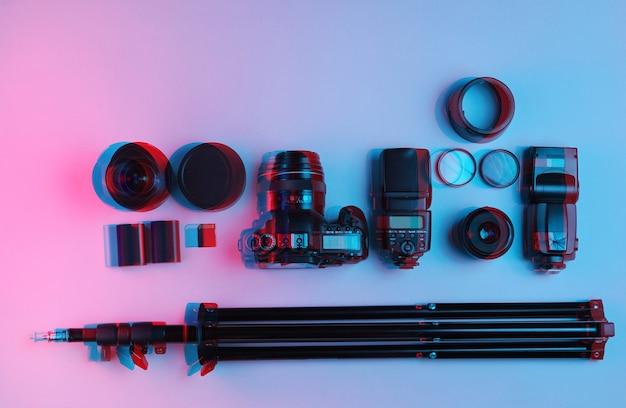 Apparatuur professionele fotograaf. camera, lenzen, flitsers, lichtfilters, statief.