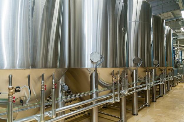 Apparatuur voor bierproductie, privébrouwerij, moderne grote stalen vaten in wijnmakerij, voedingsindustrie