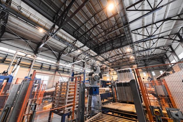 Apparatuur voor de industrie van de glasvezelproductie bij vervaardigingsachtergrond
