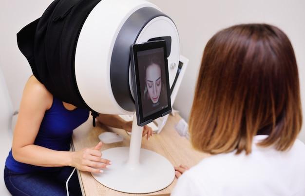 Apparatuur voor gezichtshuiddiagnostiek voor dermatologie en cosmetologie.