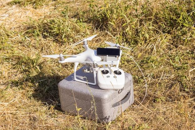 Apparatuur voor het besturen van een onbemand drone-luchtvaartvoertuig met een mobiele telefoon en afstandsbediening in het veld