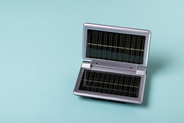 Apparatuur voor het opladen van mobiele apparaten met de energie van zonlicht