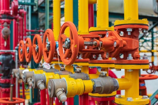 Apparatuur voor raffinaderij-installaties voor kleppen, olie- en gaspijpinstallaties, veiligheidsklep, selectieve raffinaderij.