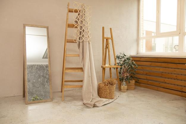 Appartement decor, houten trap, spiegel, betonnen vloer en muur, malbert en plant