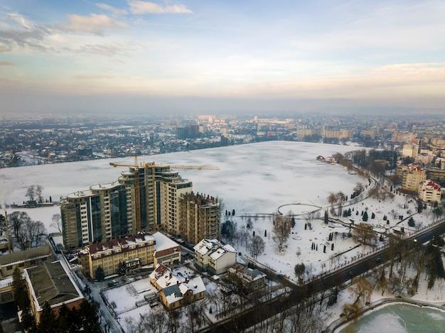 Appartement of kantoorgebouw in aanbouw, luchtfoto. toren kraan silhouet op blauwe hemel kopie ruimte achtergrond.