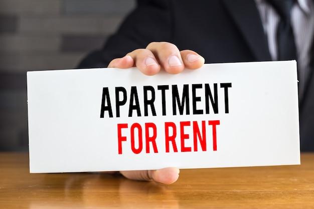 Appartement te huur bericht op wit bord