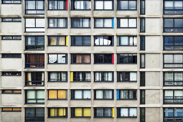 Appartementengebouw met snuifjes kleur midden in de stad