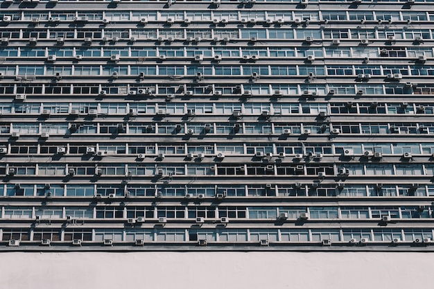 Appartementengebouw met veel ramen en airconditioning