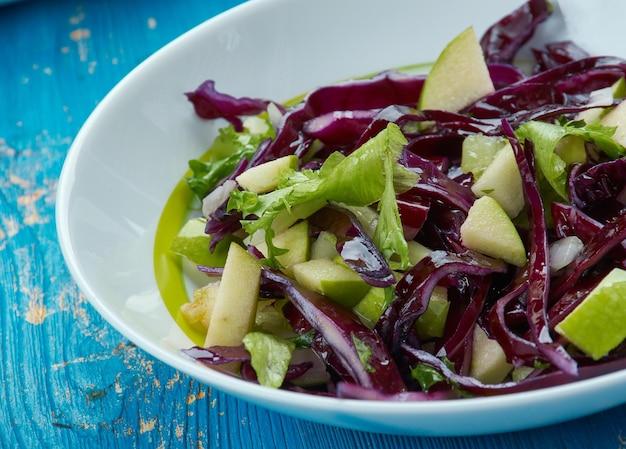 Appel-, boerenkool- en koolsalade - gegarneerd met een zoete en pittige appelcidervinaigrette.