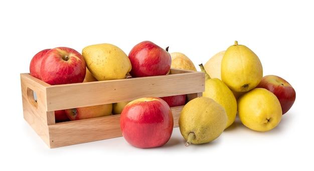 Appel en geurende peren fruit in houten kist geïsoleerd