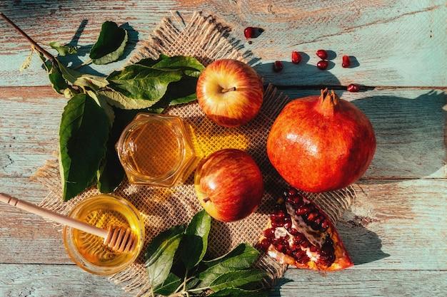 Appel en honing en granaatappel, traditioneel voedsel van joods nieuwjaar - rosh hashana. ruimte achtergrond kopiëren
