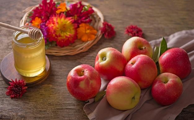 Appel en honing, traditionele gerechten van de joodse nieuwjaarsviering, rosh hashana. selectieve aandacht. copyspace muur