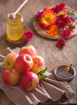 Appel en honing, traditionele gerechten van de joodse nieuwjaarsviering, rosh hashana. selectieve aandacht. copyspace oppervlak