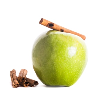Appel en kaneel geïsoleerd op witte achtergrond