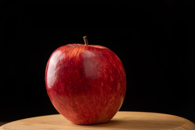 Appel gepositioneerd op rond hout